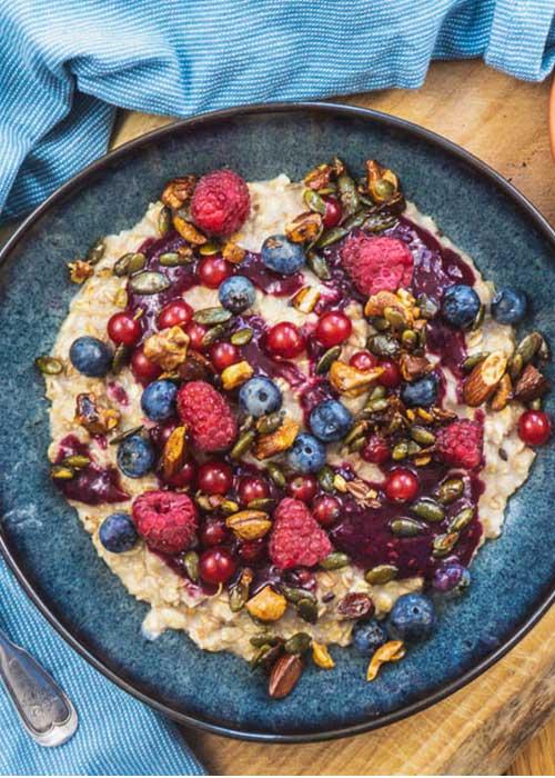 veganer-porridge-waldbeeren-crunchy-nüssen